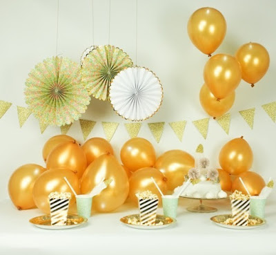 gold illoom balloons in the daytime