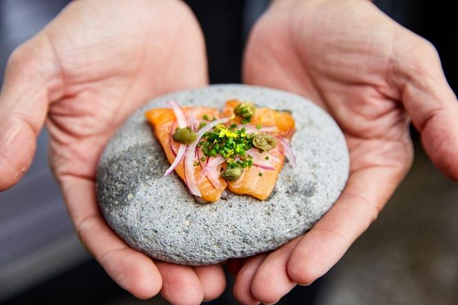 Cocinar a la piedra: la tendencia que impone en Mendoza un chef irlandés en un restaurante de bodega