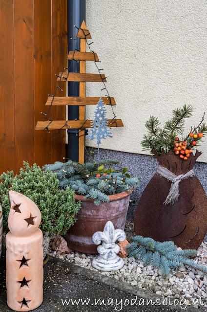 Weihnachtsbaum aus Holzlatten mit Lichterkette