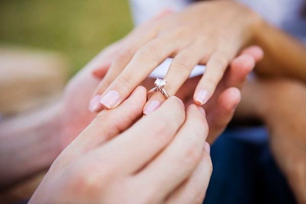 Giải mã giấc mơ thấy cầu hôn & Ý nghĩa mơ thấy nhẫn đính hôn
