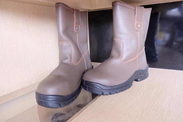 Mengapa Harus Memakai Sepatu Safety Saat Bekerja di Proyek Konstruksi?