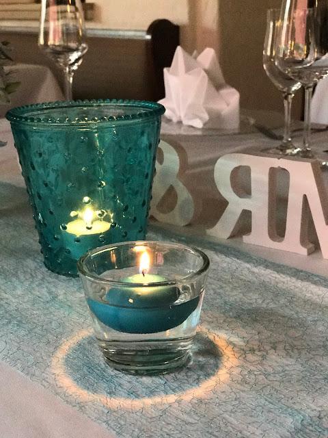 Kerzenlicht, Hochzeitsmotto Flug der Kraniche, 1000 Origami-Kraniche zur Hochzeit, heiraten im Riessersee Hotel Garmisch-Partenkirchen, Bayern, Hochzeitsplanerin Uschi Glas, petrol und weiß