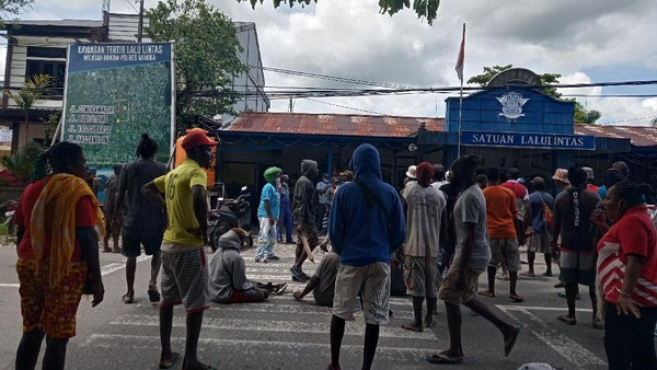 Tak Percaya 2 Anak Tewas Kecelakaan, Massa Berparang Geruduk Lantas Timika