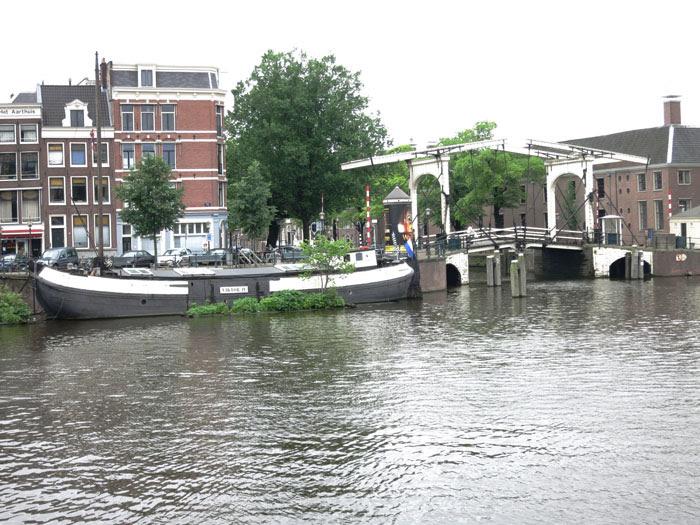Magere Brücke [Magere Brug] und Hausboote auf den Grachten