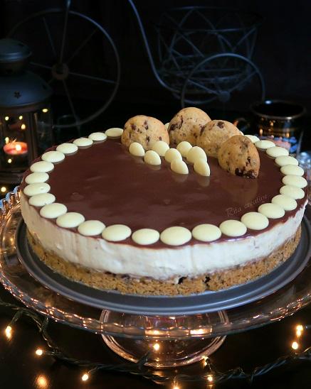 sernik z czekoladą i ciastkami