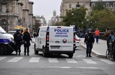 Un adjoint de sécurité tue deux policiers à Paris – AFP