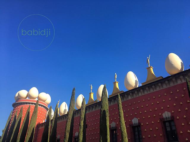 vue de la façade du musée Dali à Figuères avec les oeufs et les oscars sur le toit