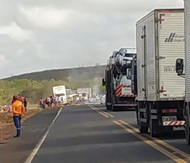 Populares ateiam fogo em pneus na BR-316 durante manifestação em cidade do Piauí
