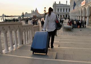 Venecia multará por el uso de maletas con ruedas en sus calles