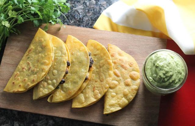 Black Bean Tacos with Avocado Lime Sauce #vegetarian #tacos