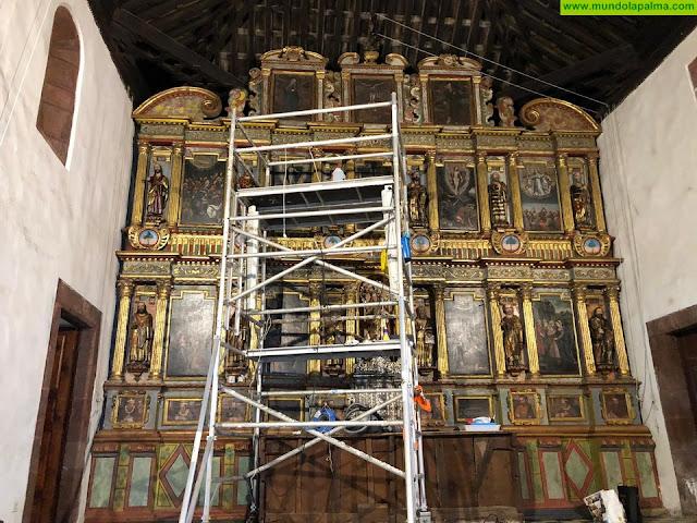 Se lleva a cabo la limpieza del retablo mayor de la Iglesia de Ntra. Sra. de Cande-laria en Tijarafe