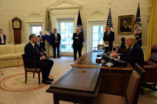 Prva godišnjica Vučićevog sedenja na hoklici pred Trampom
