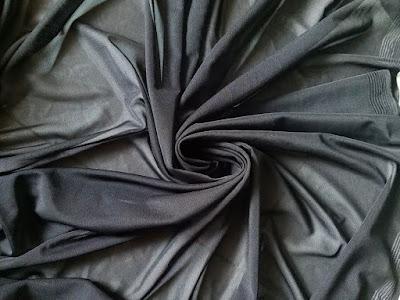 Còn 4,7kg voan lưới thun 7 biên màu đen lâu lâu mới có, chất liệu sờ vào mát tay 1kg tầm 5m. Thun lưới giãn đanh ứng dụng Phối váy, đầm hoặc làm lót.