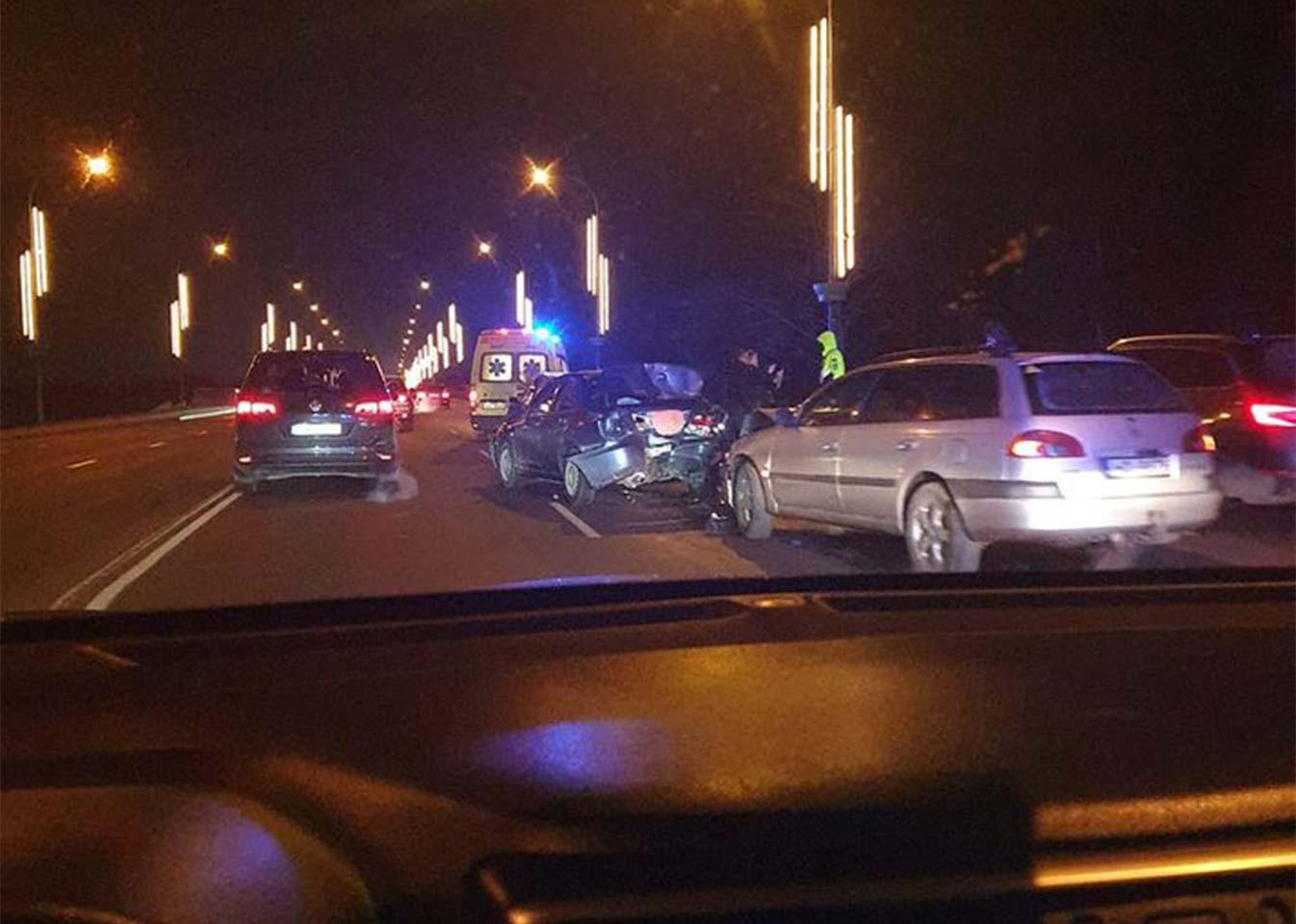 Divu transportlīdzekļu avārija tumšā diennakts laikā