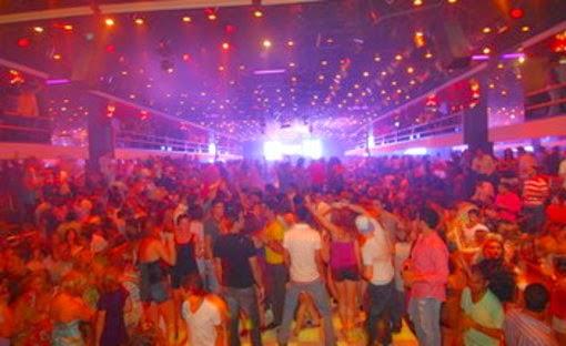 Jóvenes bailando en discoteca que fomenta vicios