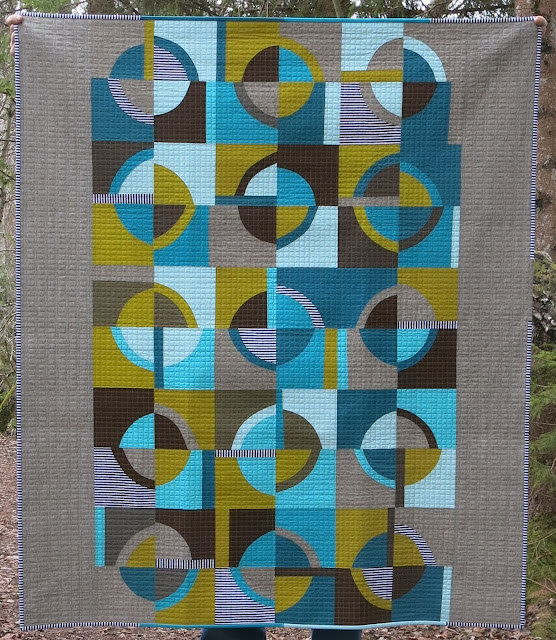 Luna Lovequilts - Retro, a finished quilt with improv curves