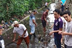 Sukseskan Program Zero Waste, Pemerintah  Desa Turun Bersihkan Sungai Mantang