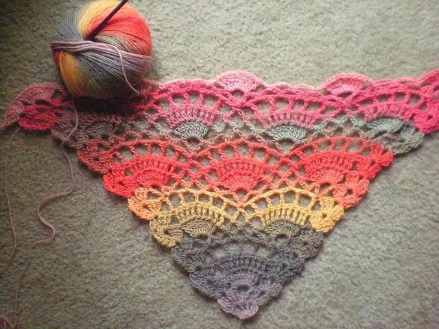 1974.- Ropa: Shawl crochet - Labores en red