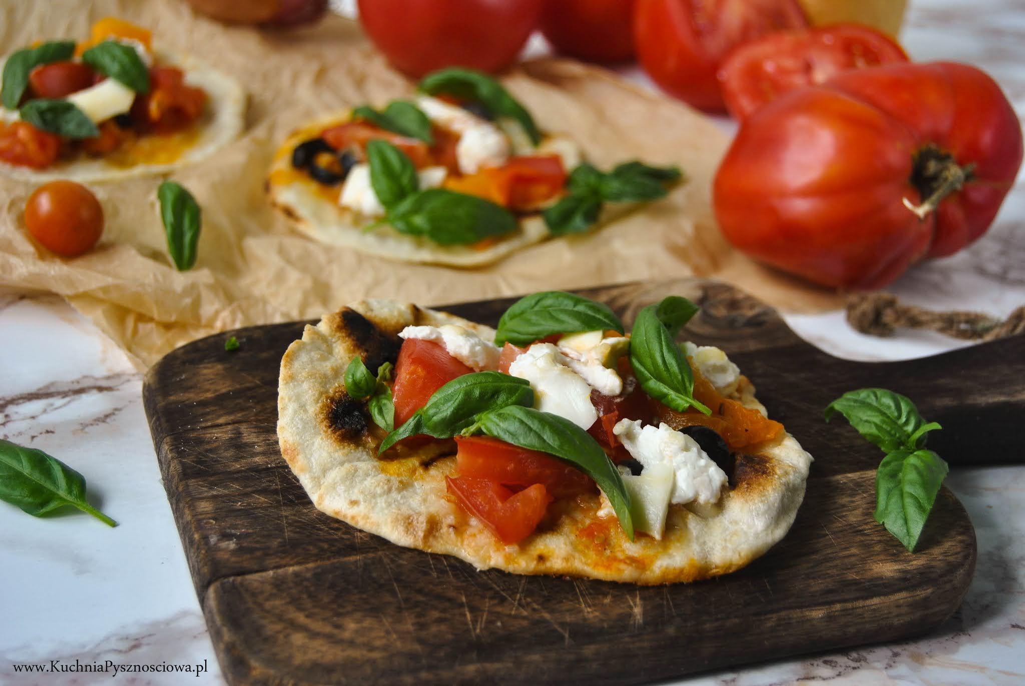 745. Podpłomyki z pomidorami i serem burrata