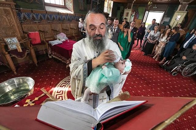 Ιερέας ταΐζει μωρό στην βάφτιση για να το ηρεμήσει