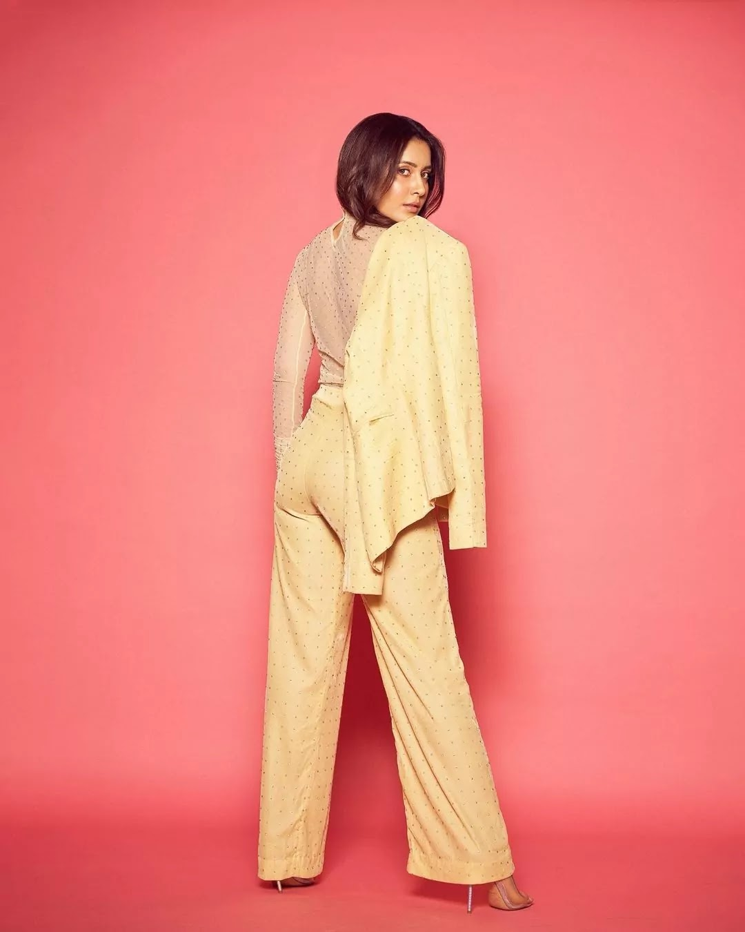 raashi-khanna-hot-looks-in-rayon-velvet-pant-suit-for-times-buisness-award