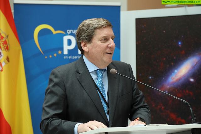 """Gabriel Mato promueve en el Parlamento Europeo el papel de Canarias en el campo de la astronomía con la exposición """"100 Lunas Cuadradas"""""""