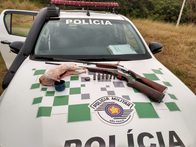 Polícia Militar Ambiental apreende armas e aves, além de animal abatido em propriedade rural em Rancharia