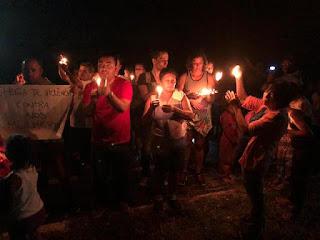 Moradores realizam caminhada pela iluminação da Ciclovia do Arapongal: protestam também contra a insegurança no local
