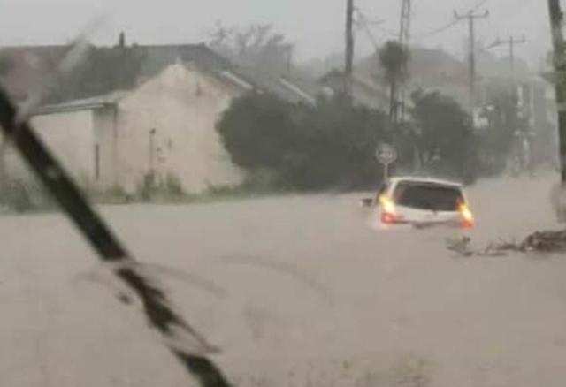 Banjir Hanyutkan Sebuah Mobil di BPI Lebak