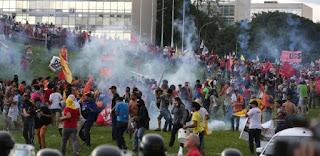 Brasília: Manifestantes ateiam fogo, capotam carros e depredam Ministérios