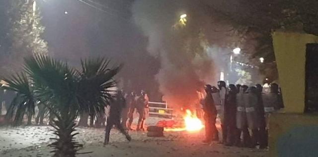 مواجهات بين محتجين وعناصر الأمن في قصر الشلالة