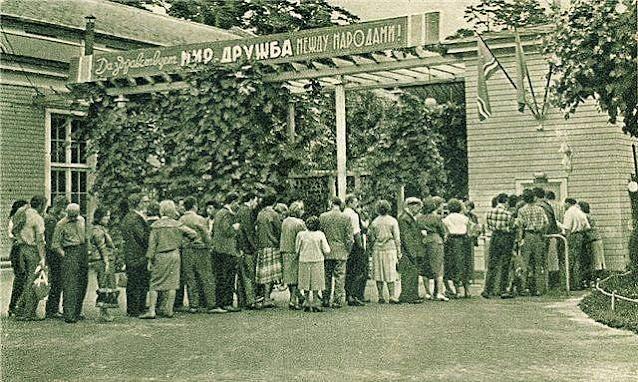 """1960-е годы. Юрмала. Очередь возле касс концертного зала """"Дзинтари"""""""