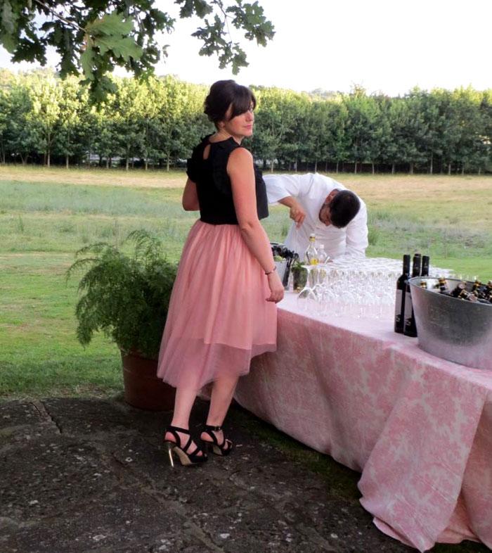 invitada perfecta boda falda rosa tul crop top negro