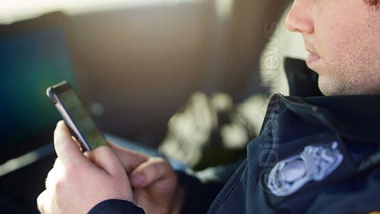 policial atender celular pessoa detida direito