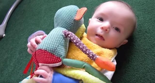 Bebekler Ne Zaman Oyuncak Tutar