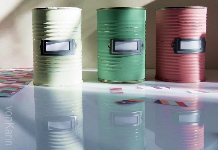 Bemalte Konservendosen mit Spiegelung