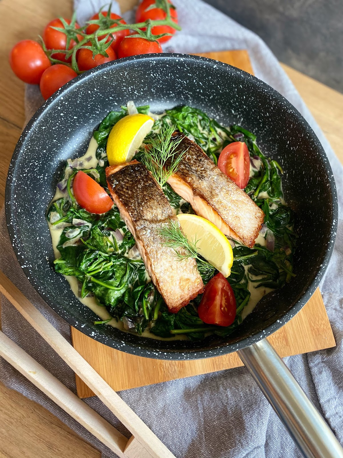 Filet z łososia na szpinaku w kremowym sosie