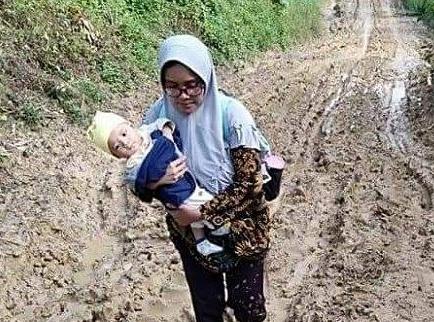 Semangat Khusnul Khatimah Arif, Guru di Daerah 3T yang Harus Melalui Jalanan Rusak Sambil Menggendong Bayi untuk Sampai ke Sekolah