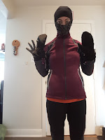 Coureuse à l'intérieur, multicouches, manteau, look ninja, gants, mitaines