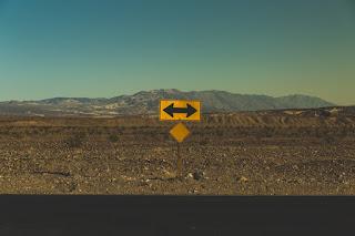 Un drum cu direcții multiple - foto de Pablo García Saldaña - unsplash.com