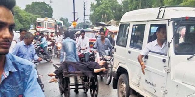 सड़क पर तड़ती रही महिला अध्यापक, किसी ने मदद नहीं की | SHAJAPUR MP NEWS