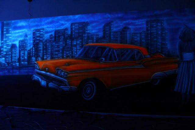 Mural UV świecący w ciemności, farba zawierająca luminofory które oświetlają obraz ścienny, Warszawa.