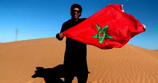 من قلب الصحراء .. رونالدينيو في المسيرة الخضراء يرفع العلم المغربي