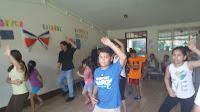 niños aprendiendo a bailar