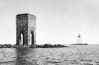La Torre e sullo sfondo il faro eretto nel 1867