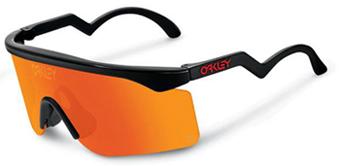 90b79fb96 Em 1983 foram introduzidos na linha de produtos da marca óculos especiais  para a prática de esqui na neve, que foram batizados de O FRAME SNOW.