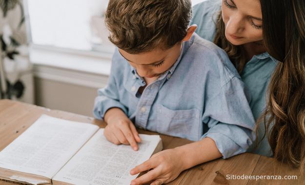 Madre enseña a su hijo la Biblia