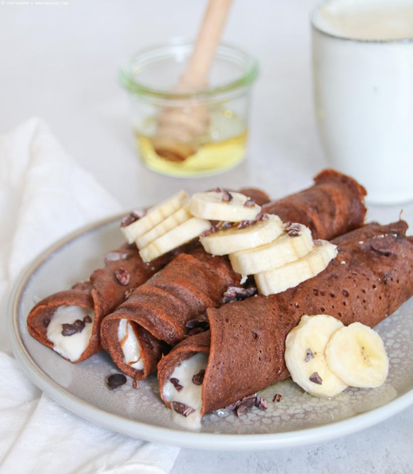 Schoko-Crepes mit Banane und Kakaonibs