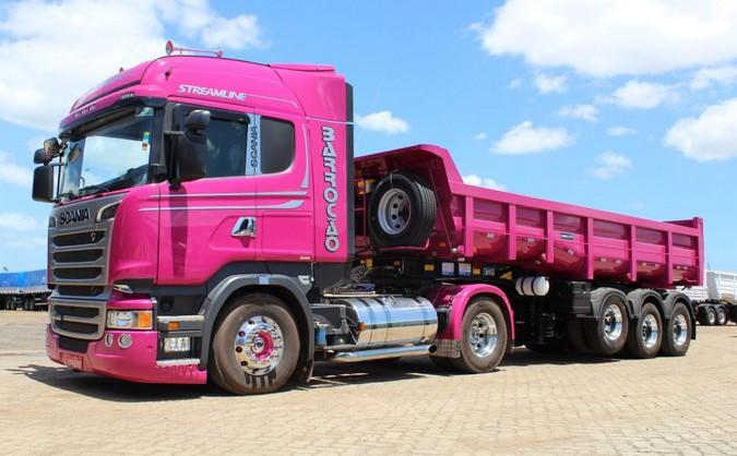 Barrocão Transportes adquire conjunto rosa em homenagem as mulheres da família