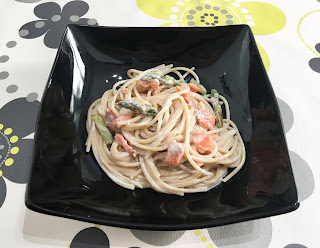 Espaguetis con salsa de quesos, salmón y espárragos